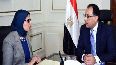 صورة رئيس الوزراء يستعرض مع وزيرة الصحة تقريراً حول زيارة الوفد المصري لمنظمة الصحة العالمية
