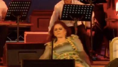 صورة بالفيديو ميادة الحناوي  تسقط على خشبة مسرح مهرجان صفاقس أثناء الغناء