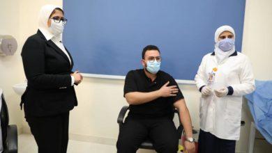 صورة وزيرة الصحة تشهد تلقي أولى جرعات لقاح فيروس كورونا للأطقم الطبية من داخل مستشفى أبوخليفة للعزل بالإسماعيلية